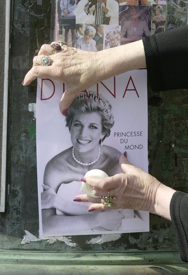 a look at the aftermath of the sudden death of princess diana In the aftermath of the tragic news william and harry look at some of the thousands of flowers and messages left by well-wishers after princess diana's death.
