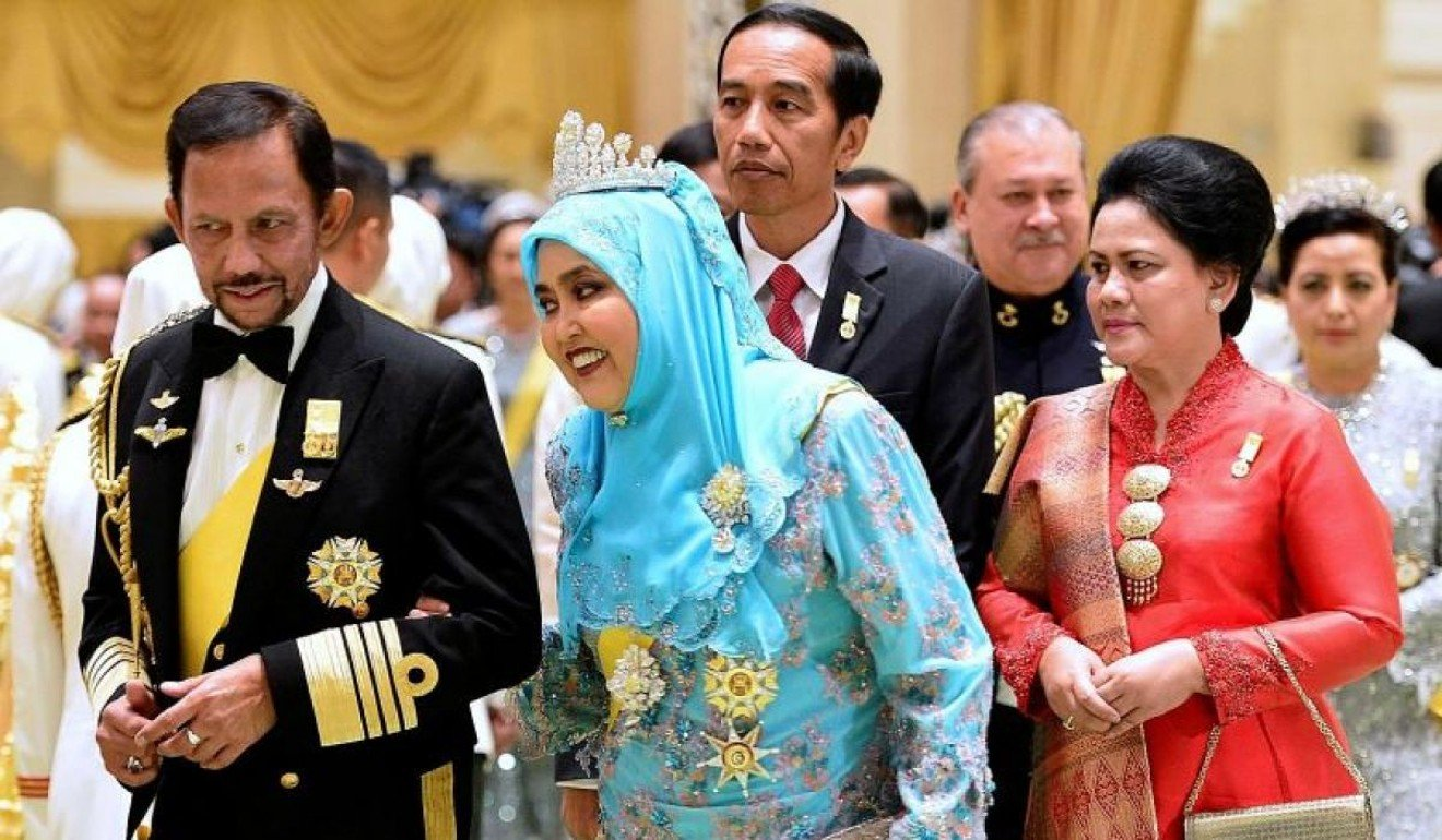 Sultan Hassanal Bolkiah and Queen Saleha lead their guests, Indonesian President Joko Widodo and Sultan of Johor, Sultan Ibrahim Ismail, into the banquet hall. Photo: The Straits Times