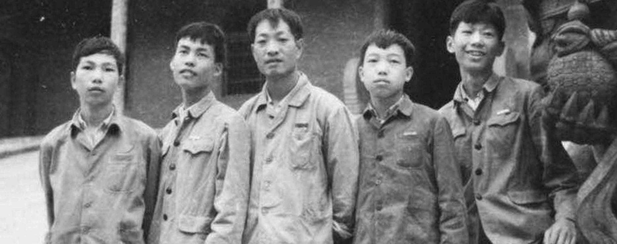 He Yixin (right) and Wang Mengxin (second from right) at Tingjiang Secondary School in 1971. Photo courtesy He Yixin