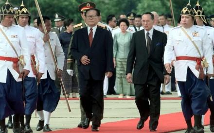 Royal Thai guards escort Thai King Bhumibol Adulyadej (right) and visiting Chinese President Jiang Zemin shortly after Jiang's arrival at Bangkok's military airport on September 2, 1999. Jiang was in Thailand for a five-day visit. Photo: AP