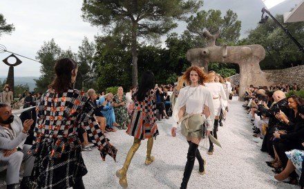 A model presents a creation during the Louis Vuitton Cruise 2019 collection fashion show at Maeght foundation in Saint-Paul-de-Vence, southeastern France, on May 28, 2018. Photo: AFP & Valery Hache