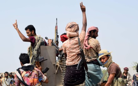Yemeni pro-government forces advance towards the port area from the eastern outskirts of Hodeida, as they continue to battle for the control of the city controlled by Houthi rebels, on November 6. Photo: AFP