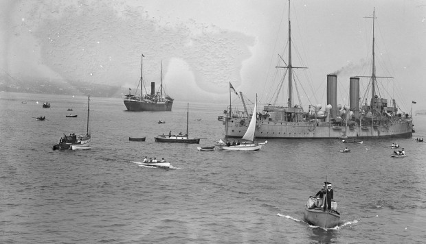 The Japanese-owned freighter Komagata Maru (background), the HMCS Rainbow and a swarm of small boats in Vancouver, in 1914. Photos: Alamy