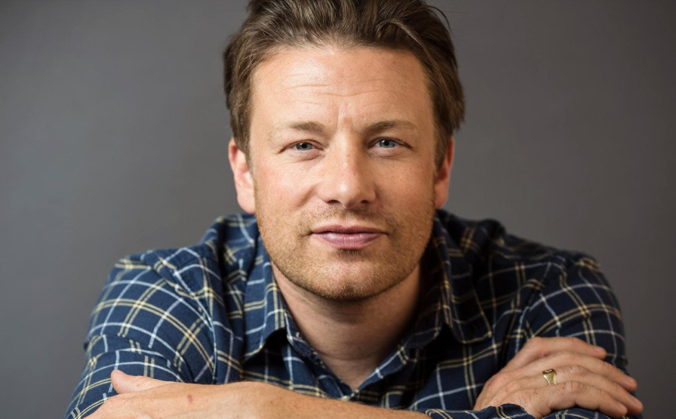 The 42-year old son of father Trevor Oliver and mother Sally Oliver, 178 cm tall Jamie Oliver in 2017 photo
