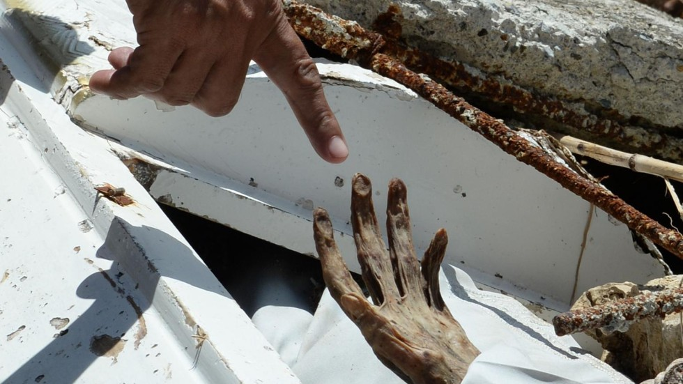 Super Typhoon Haiyan tore bodies from their graves in town of ...