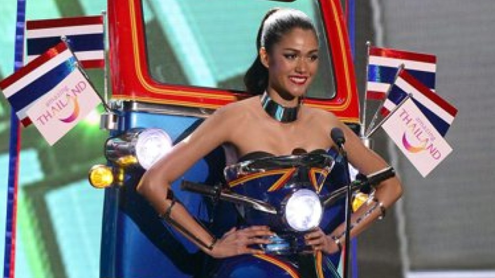 Huge blunder at miss universe sees wrong contestant crowned miss miss thailand just won the national costume section of miss universe guess what shes supposed to be gumiabroncs Images
