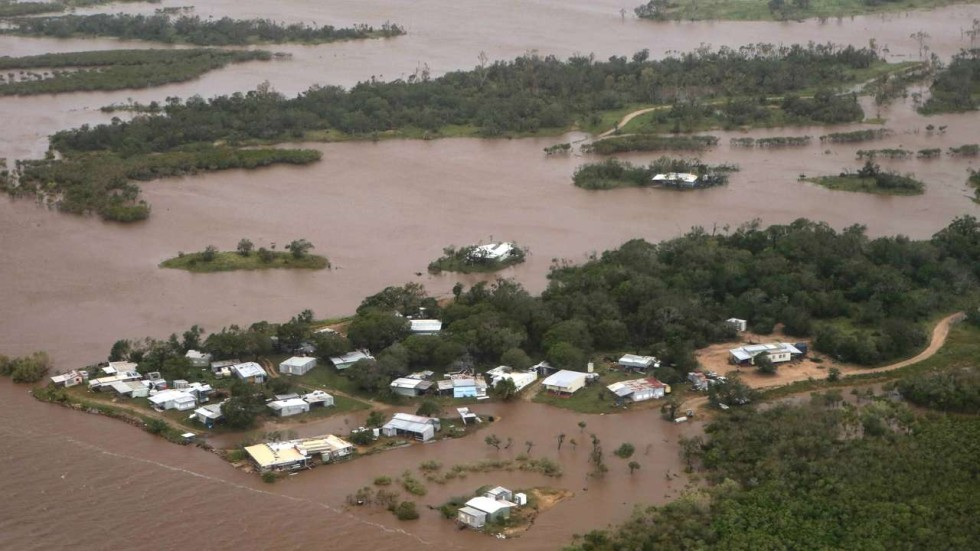 Thousands evacuated after Cyclone Debbie causes severe ...