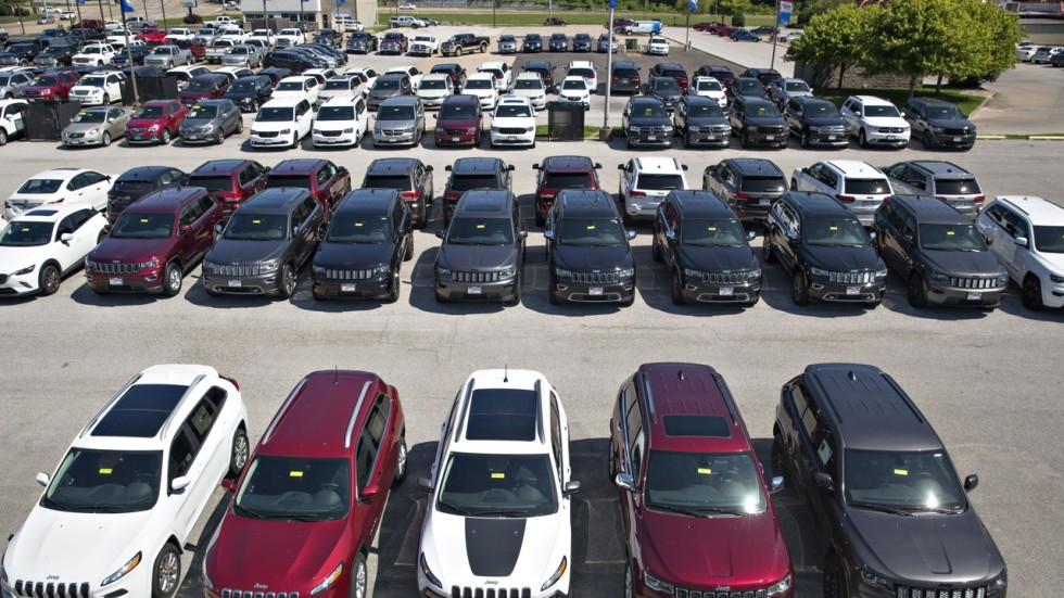 US auto sales fall for sixth straight month as it drags