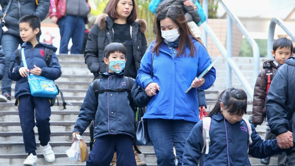 the bird flu crisis in hong kong Hong kong is keeping a close watch on pet shops after finding the deadly h5n1 strain of bird flu in the faeces of a daurian starling in a city store in a statement.