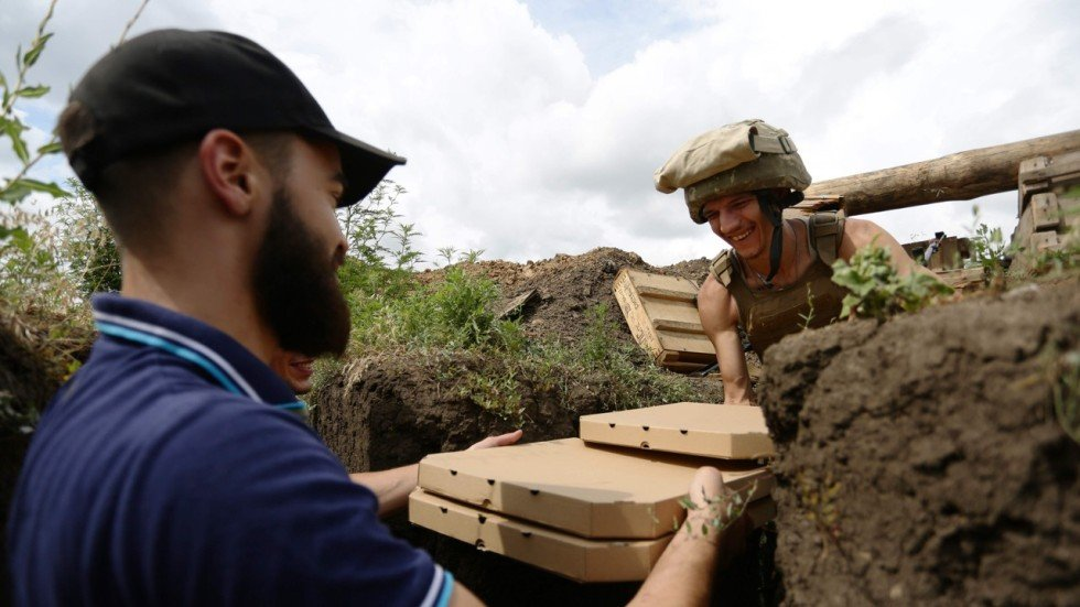 Bringing pizzas to troops on the Ukraine frontline, is this the ...