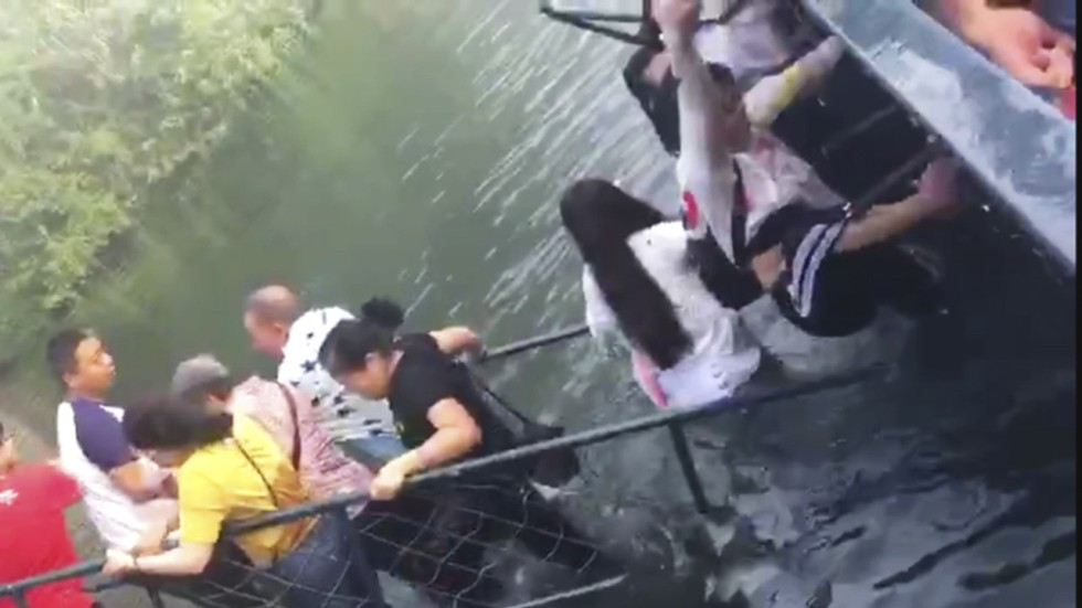 Chinese tourists selfie creates a splash after blocked bridge kinling lo stopboris Image collections