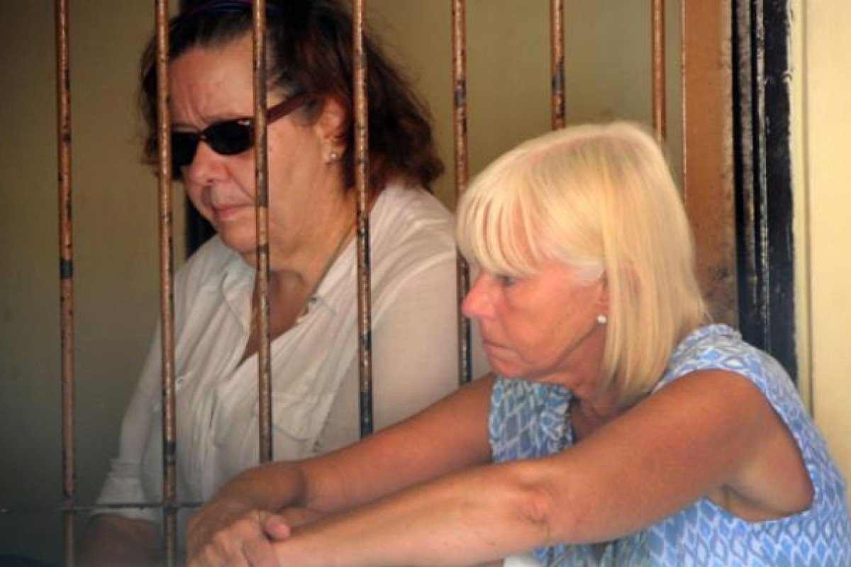 Lindsay Sandiford (left) is visited by her sister, Hilary Parsons, at Kerobokan prison, in Bali, Indonesia, where she is on death row. Photo: AFP; Red Door News Hong Kong
