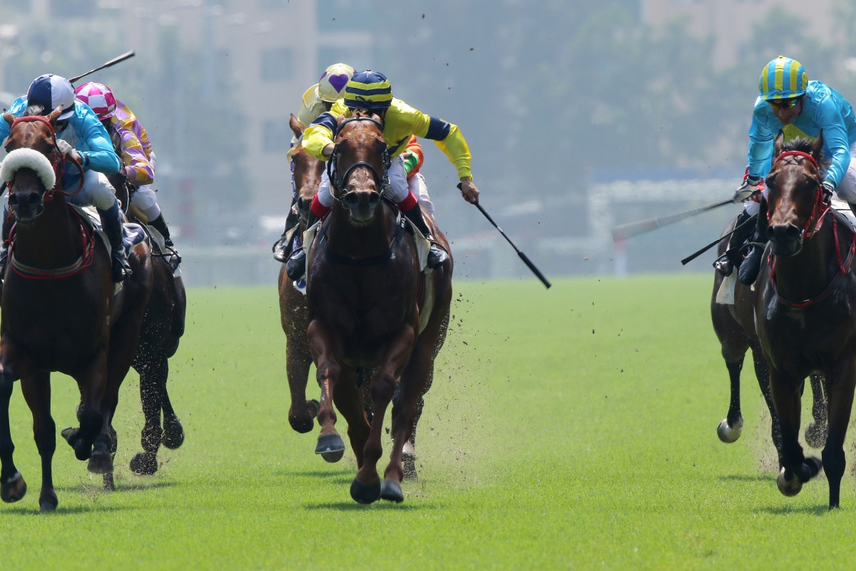 London Master (right) just gets his head down to win for Gerald Mosse. Photo: Kenneth Chan