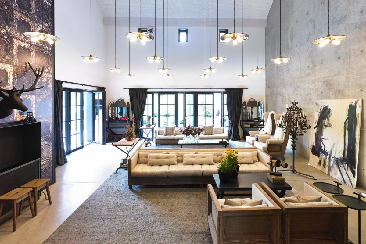 Nautral light plays an important role in the home. Pol Theis installed large windows around the space to let light flood into the rooms.