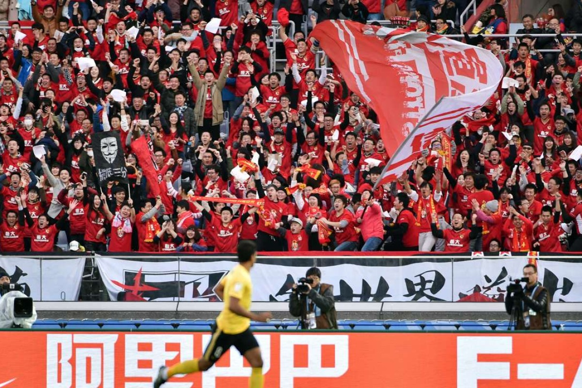 Supporters of Guangzhou Evergrande cheer after Brazil's Paulinho scores an opening goal during the third-place Club World Cup football match between Guangzhou Evergrande of China and Sanfreece Hiroshima in Yokohama on December 20, 2015. Photo: AFP
