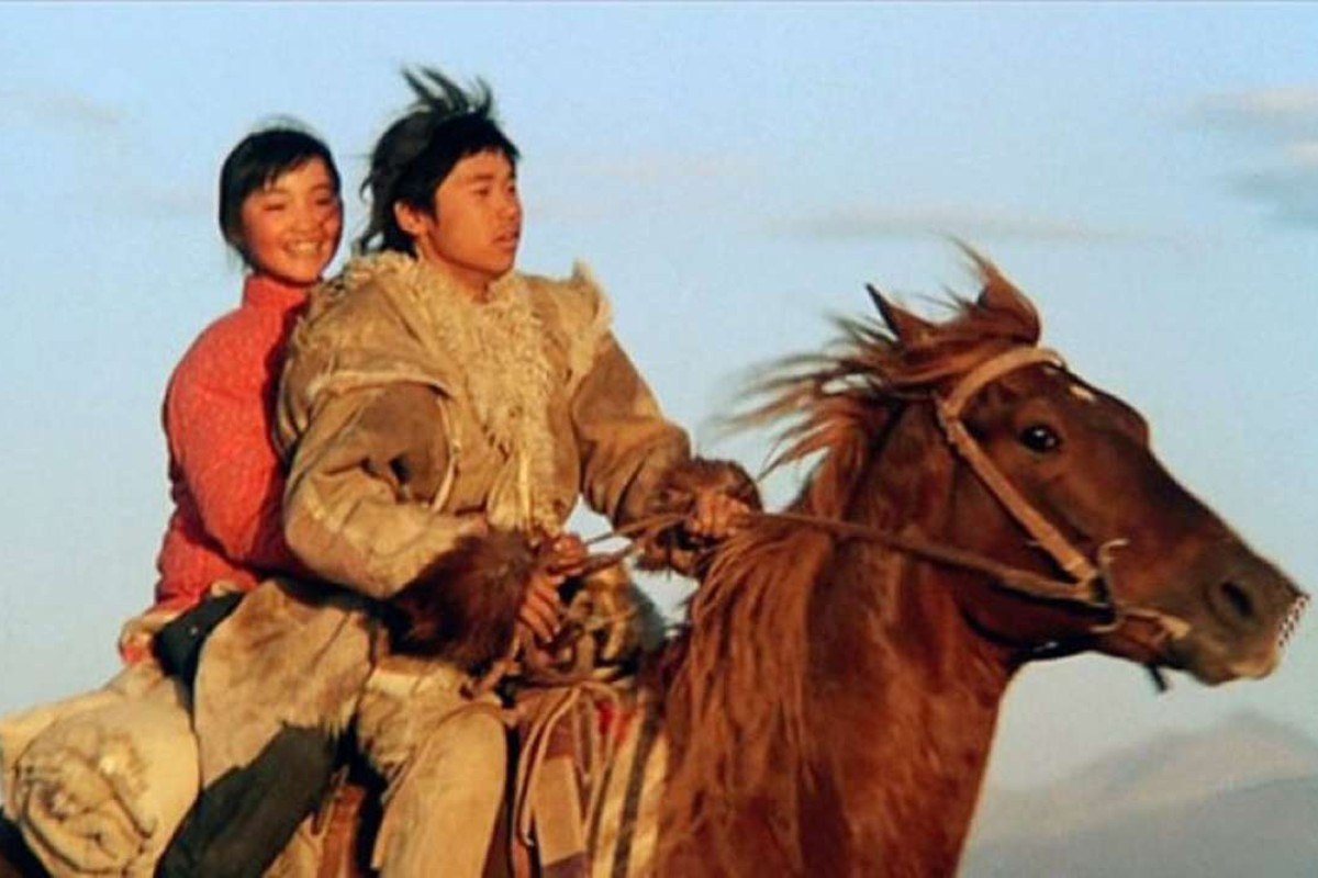 Gao Wei (right) and Zhao Mana in a scene from The Swordsman in Double Flag Town.