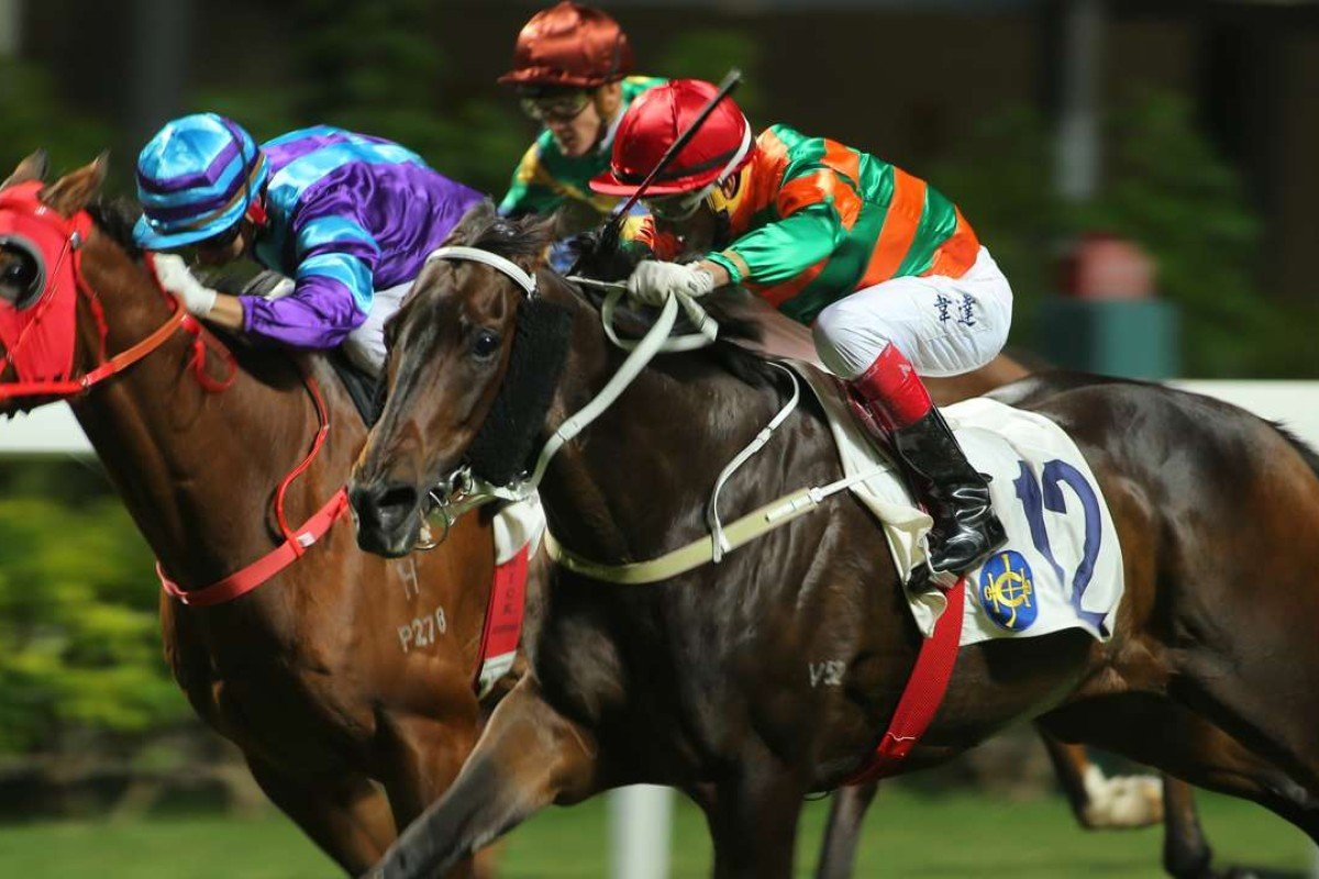 Douglas Whyte pushes out Verbinsky to win at Happy Valley in November. Photos: Kenneth Chan
