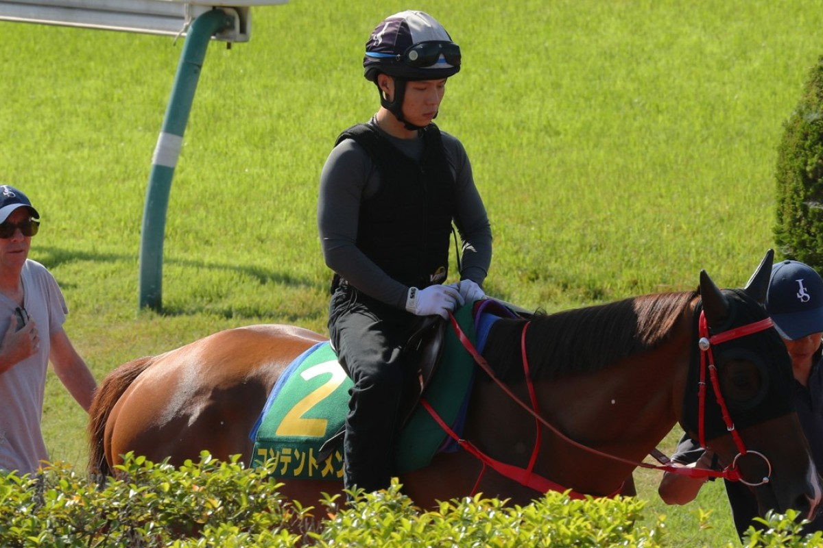 Contentment watched by trainer John Size in Tokyo. Photos: Kenneth Chan