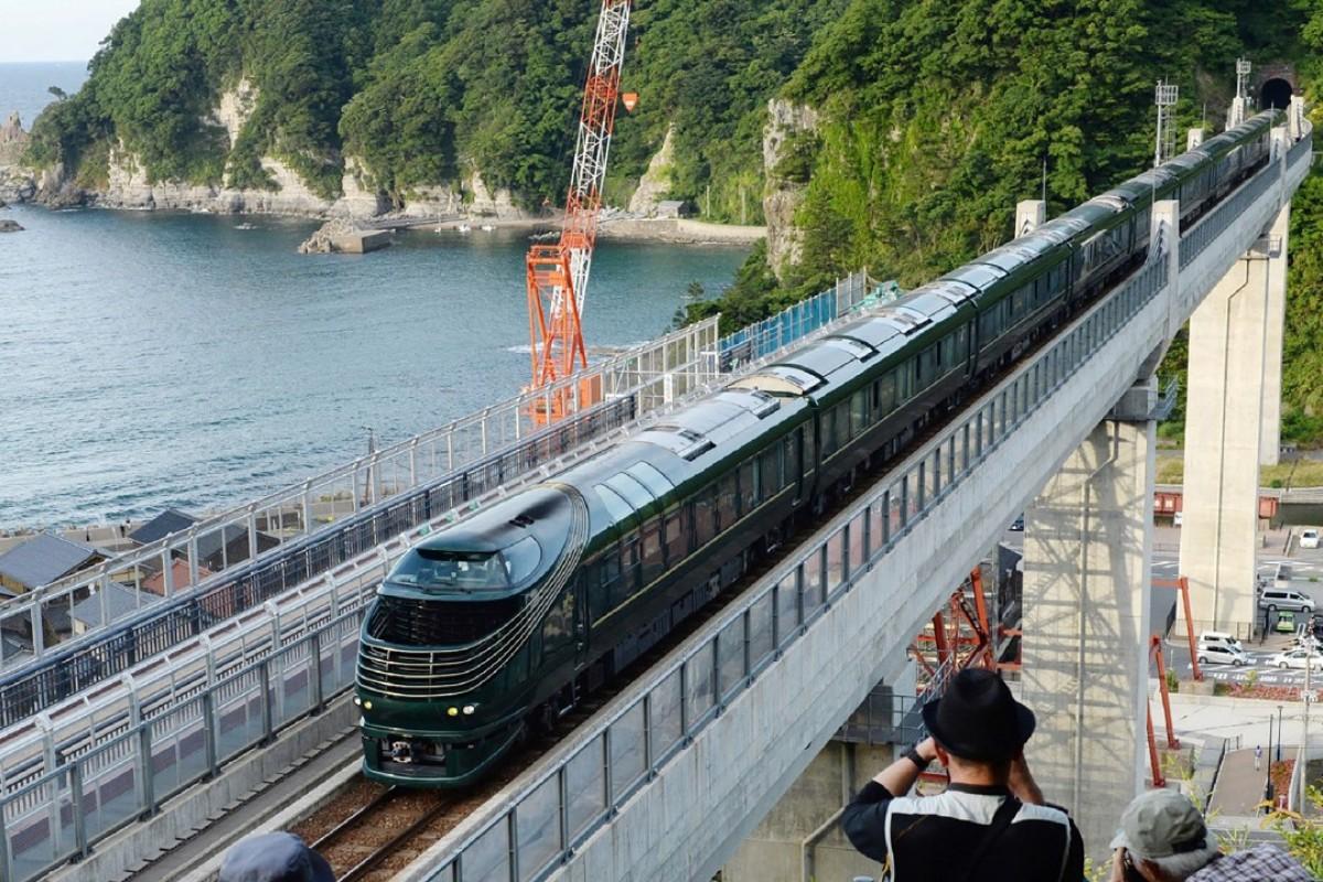 "People take photos as Japan's latest super-deluxe cruise train ""Twilight Express Mizukaze"". Photo: AFP"