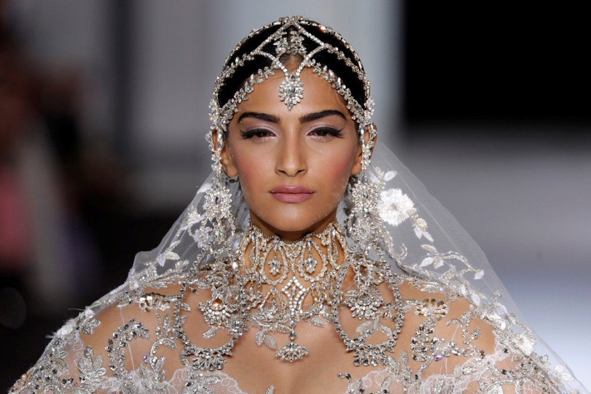 Ralph russo s haute couture collection adds a theatrical for Couture fashion designers