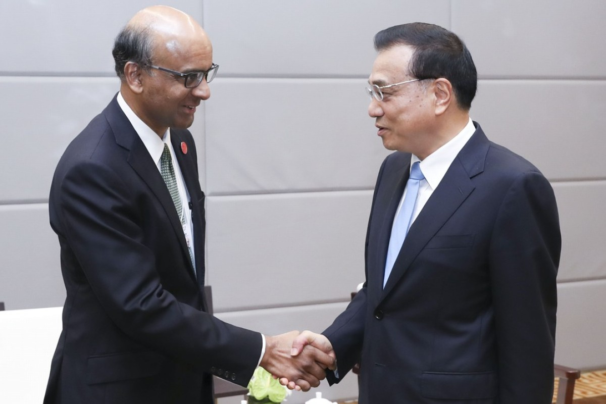 Chinese Premier Li Keqiang, right, meets with Singapore's Deputy Prime Minister Tharman Shanmugaratnam, at the World Economic Forum in Dalian, China. Photo: Xinhua