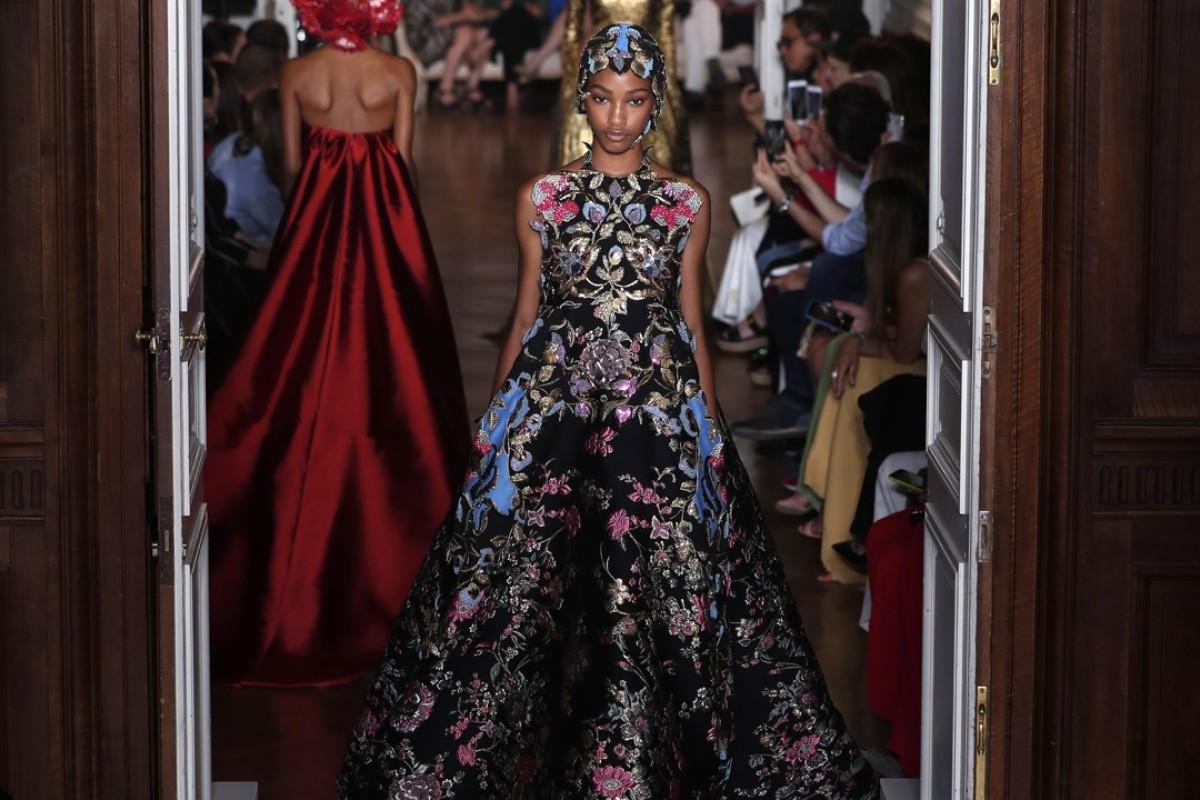 paris fashion week maria callas serenades valentino designer pierpaolo piccioli s standing. Black Bedroom Furniture Sets. Home Design Ideas