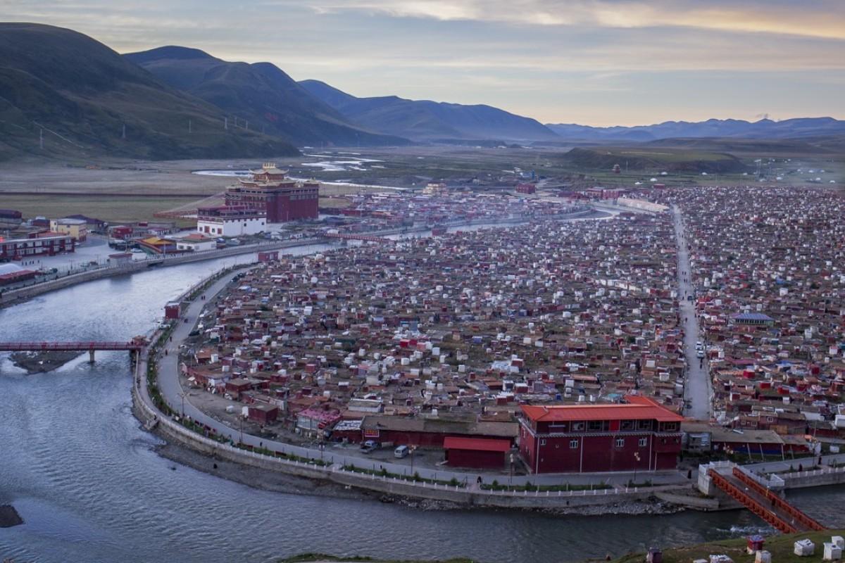 The settlement at Yarchen Gar monastery, in Baiyu county, Garzê Tibetan Autonomous Prefecture, Sichuan. Photography: Douglas Hook