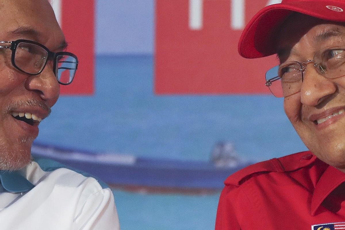 Anwar Ibrahim (L) with Mahathir Mohamad. Photo: EPA
