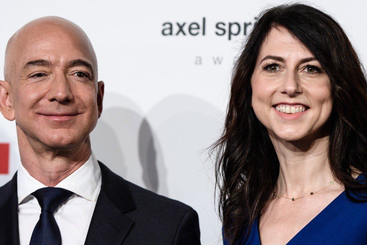 Jeff Bezos (left), CEO and founder of Amazon, and his wife, MacKenzie Bezos, who announced on Wednesday that they are getting divorced after 25 years of marriage. Photo: EPA-EFE